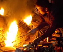 薪窯の窯焚き風景:竹内紘三