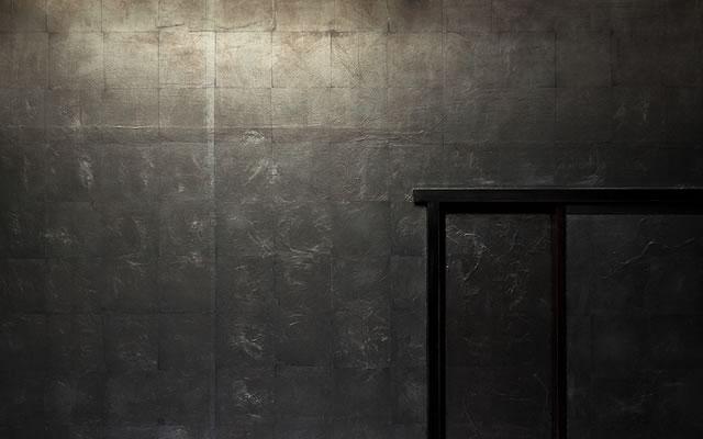 和室:黒箔の壁:工藤茂喜/館・游彩