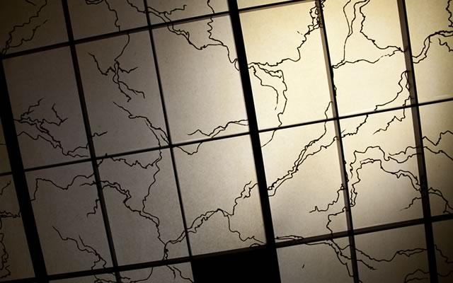 和室:天井はアルミの粉を漉き込んだ越前和紙/館・游彩